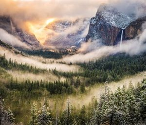 Observer les nuages sur la montagne